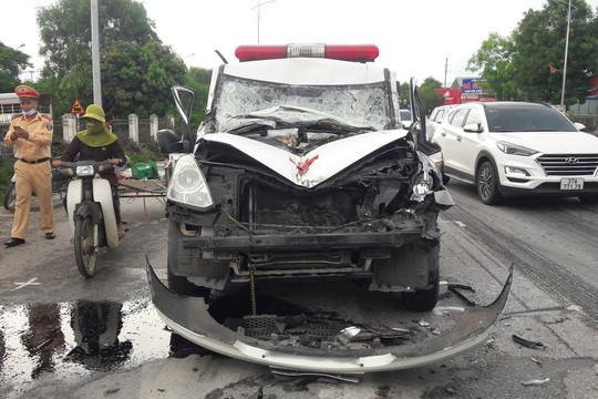 Xe cấp cứu đâm đuôi xe tải, ít nhất 1 người tử vong
