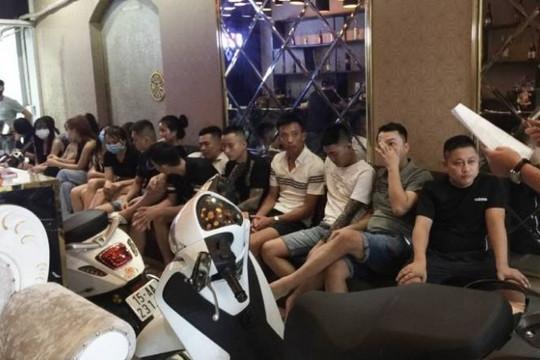 Hải Phòng: Phớt lờ lệnh cấm, quán karaoke mở cửa đón 19 khách vào hát giữa mùa dịch Covid-19