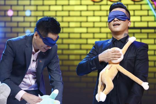 Ca sĩ Tuấn Hưng và MC Quốc Khánh bất phân thắng bại trong game… thay bỉm