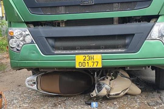 Va chạm xe tải, người phụ nữ bị cuốn vào gầm tử nạn thương tâm