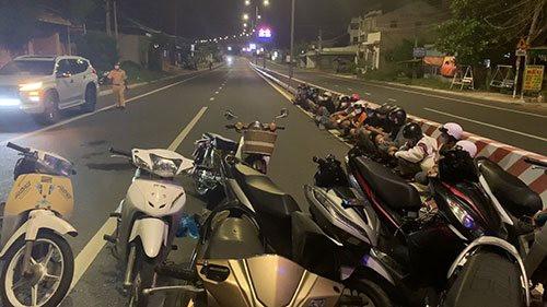 """Bắt hành chục """"quái xế"""" đua xe náo loạn đường phố Phan Thiết"""