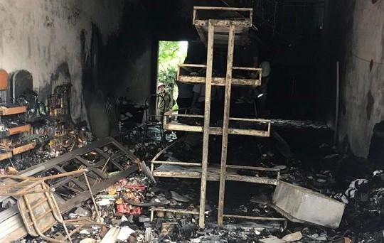 Hai vợ chồng chết trong căn nhà bị cháy, trên người có nhiều vết đâm