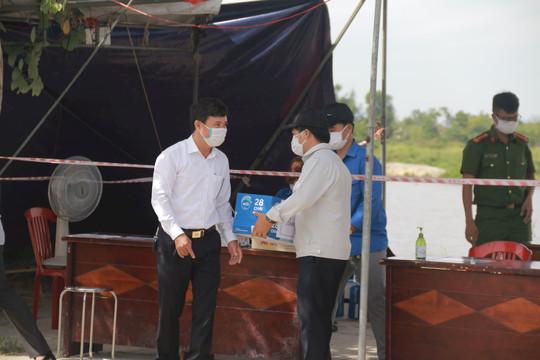 TAND T.P Hội An thăm hỏi, tặng quà các chốt kiểm soát dịch bệnh