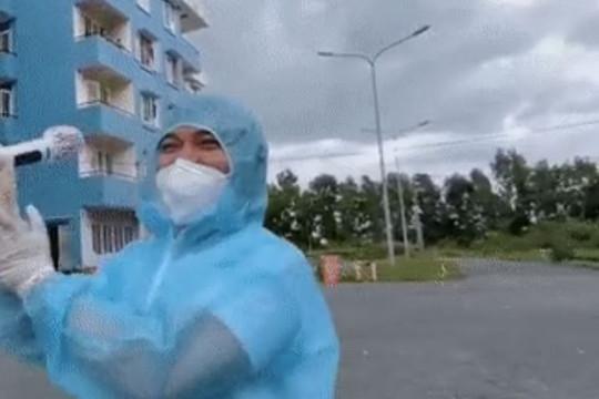 Thành viên MTV Band diễn tặng bệnh nhân tại bệnh viện dã chiến dưới trời mưa