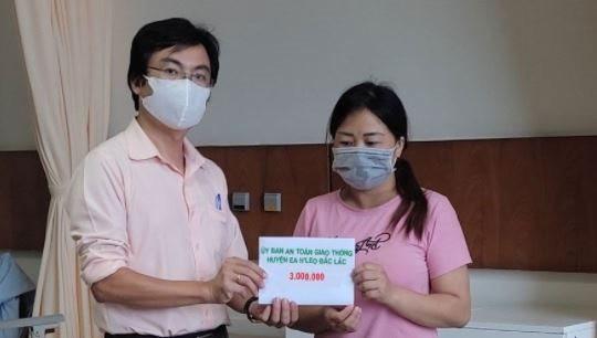 Các nhà hảo tâm hỗ trợ gia đình gặp tai nạn trên đường về quê tránh dịch