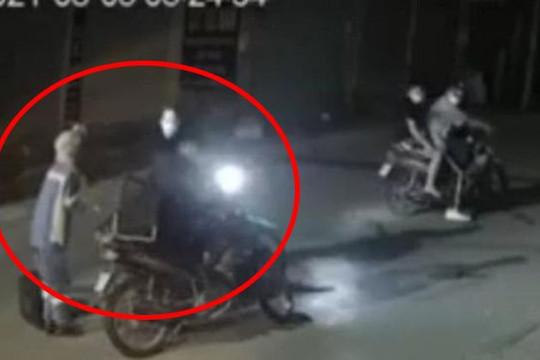 Clip xót xa tiếng khóc của nữ công nhân môi trường bị cướp xe máy trong đêm