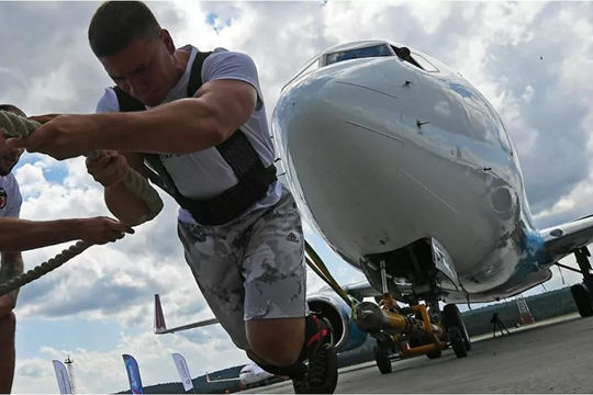 Vận động viên cử tạ Nga lập kỷ lục mới khi kéo máy bay nặng 65 tấn