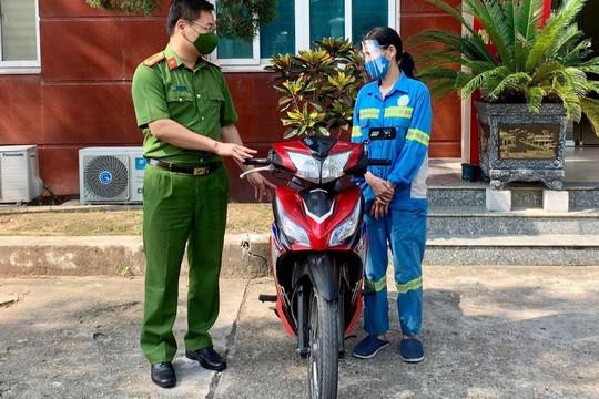 Chị lao công bị cướp được Công an tặng xe máy