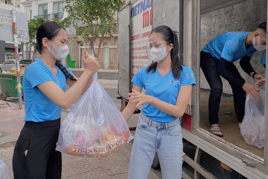 Hoa hậu Tiểu Vy, Á hậu Phương Anh tặng 50 tấn gạo và 10.000 phần quà cho công nhân nghèo