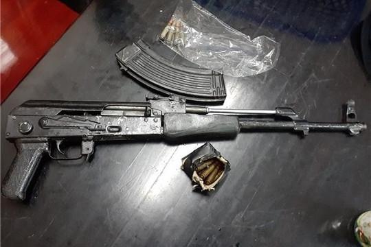 Điều khiển mô tô, xách súng AK đi hù dọa đối thủ