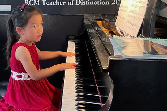 Bé gái 4 tuổi trở thành thần đồng piano ở Mỹ