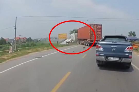 Clip khoảnh khắc xe container đấu đầu xe tải, 2 vợ chồng tử vong