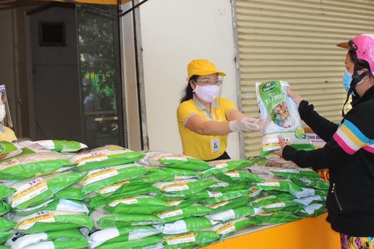 Thành phố Biên Hòa phát gạo miễn phí cho người dân
