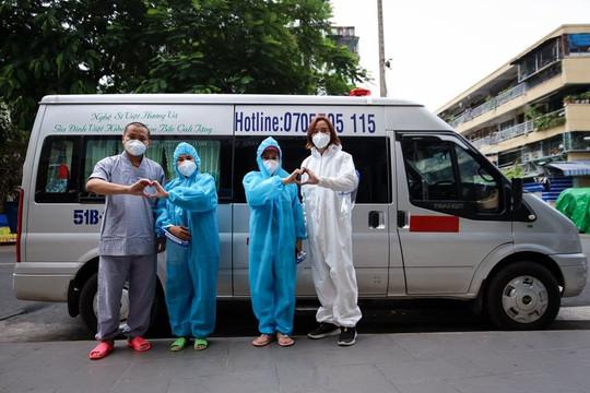 Việt Hương trao tặng 2 xe cho nhóm mai táng từ thiện