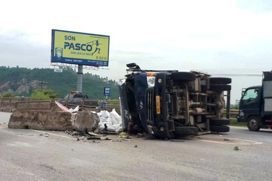 Tránh xe ben sang đường, xe container bị lật nghiêng khiến phụ xe tử vong tại chỗ