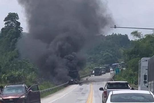 Phát hiện thi thể cạnh xe tải cháy rụi trên cao tốc Nội Bài – Lào Cai