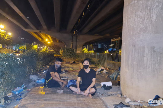 Hà Nội: Lao động thất nghiệp nằm la liệt dưới gầm cầu