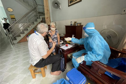 Quận Tân Phú triển khai xe lưu động đến tiêm vaccine COVID-19 tại nhà cho người cao tuổi
