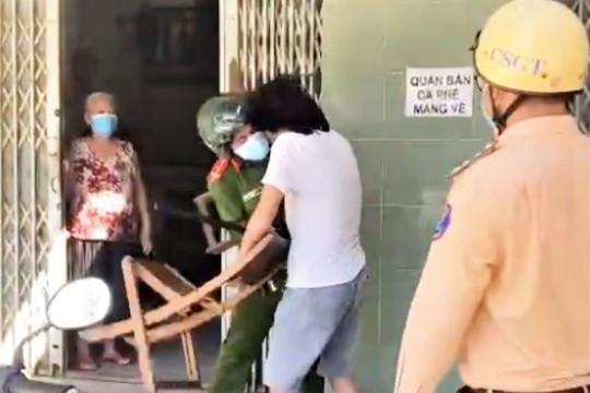 Người đàn ông vác ghế tấn công công an khi bị nhắc nhở không đeo khẩu trang
