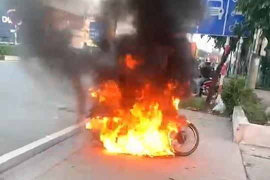 Người đàn ông đốt xe máy khi bị nhắc nhở ra đường khung giờ giới hạn
