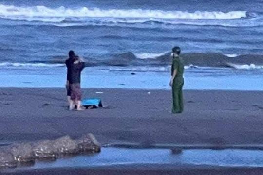 Nam Định: 3 người dân bị sóng biển cuốn trôi