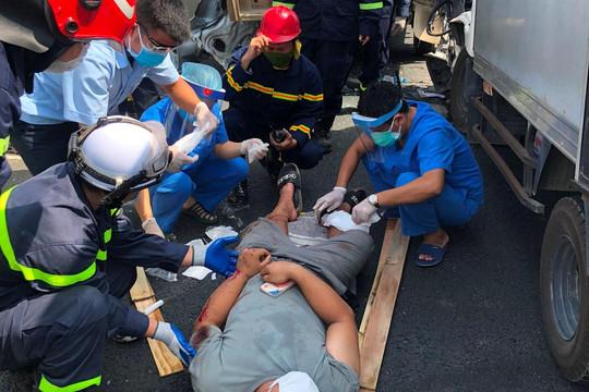 Giải cứu tài xế xe tải bị thương sau tai nạn, mắc kẹt trong cabin