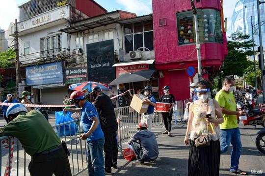 Xếp hàng tiếp tế lương thực cho 2 phường trung tâm Hà Nội bị phong toả