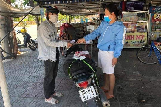 Đi bộ từ Quảng Ngãi về Thanh Hóa, chàng trai được bà con Quảng Nam tặng tiền, xe máy
