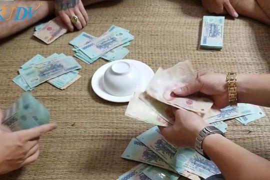 Bắt quả tang 18 đối tượng đánh bạc trong thời gian giãn cách xã hội