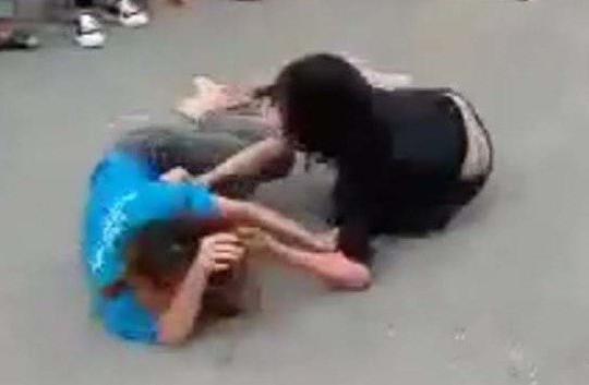 Nhóm nữ sinh đánh nhau trên đường