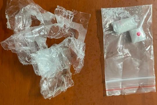 Băng đồng chở bạn đi mua ma túy về sử dụng