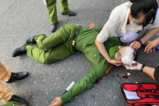 """Sinh viên lái xe máy """"thông chốt"""", tông gục Đại úy Công an"""