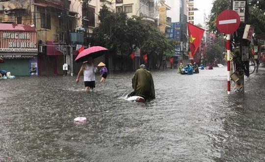 Mưa lớn gây ngập úng trên nhiều tuyến phố ở Hải Phòng