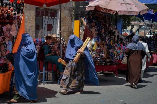 Tin vắn thế giới ngày 26/8: Taliban yêu cầu phụ nữ Afghanistan không ra ngoài đi làm