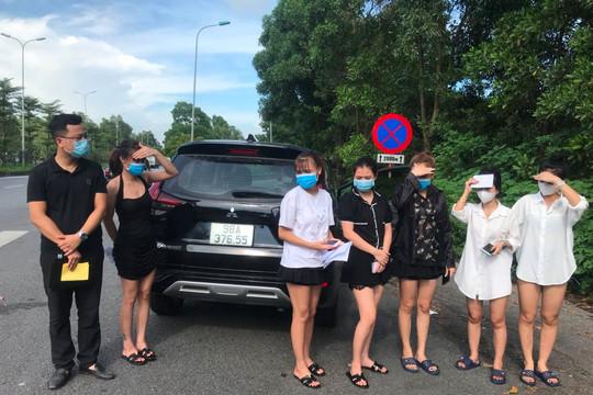 Hà Nội: CSGT phát hiện xe ô tô chở 6 người sử dụng giấy đi đường giả
