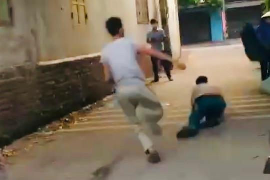 Clip: Nam thanh niên cầm dao truy đuổi cán bộ chốt kiểm dịch