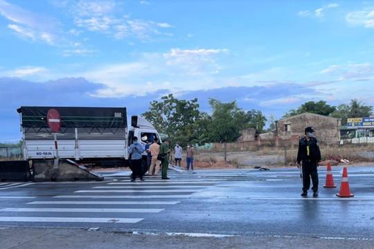 Xe tải tông vào dải phân cách, 2 người tử vong