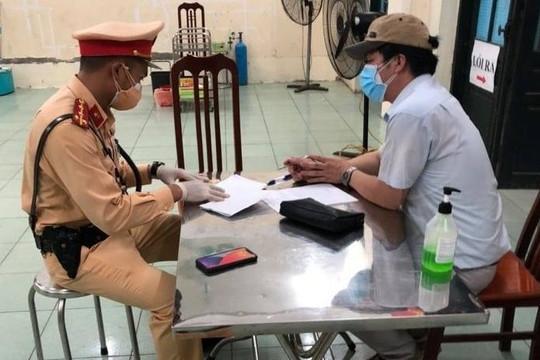 Hà Nội: Phát hiện ô tô chở 6 người không giấy đi đường định 'thông chốt'