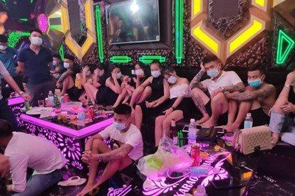30 thanh niên bay lắc trong quán karaoke giữa mùa dịch