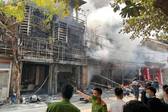 Tạm giữ nghi phạm phóng hỏa khiến 4 ngôi nhà cháy rụi ở Phúc Yên