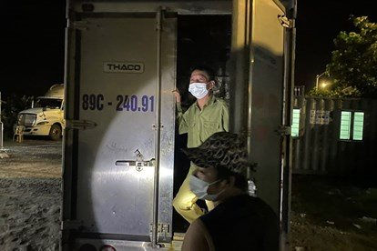 Giấu bố trong thùng xe tải để qua chốt kiểm soát y tế