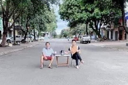 """Mang bàn ghế uống nước ra đường """"sống ảo"""", hai người bị phạt 6 triệu đồng"""