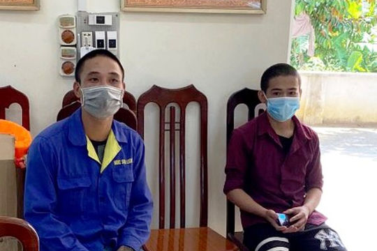 Hai thanh niên dùng khẩu trang che biển số xe máy rồi tăng ga thông chốt kiểm soát dịch