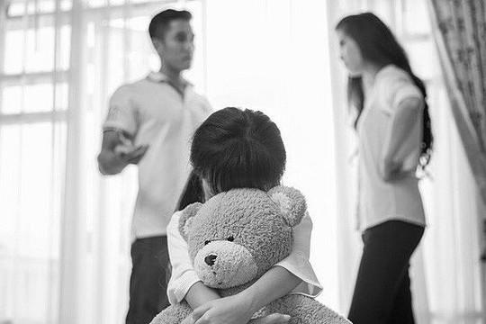 Bố mẹ ly hôn và nỗi buồn của con trẻ