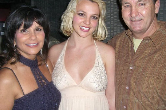 Bố ruột Britney Spears chính thức nộp đơn rút khỏi quyền giám hộ