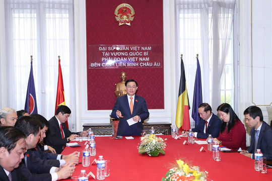 Chủ tịch Quốc hội Vương Đình Huệ thăm Đại sứ quán Việt Nam tại Bỉ