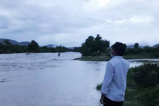 Người phụ nữ bị nước cuốn trôi khi cùng con trai lội suối về nhà