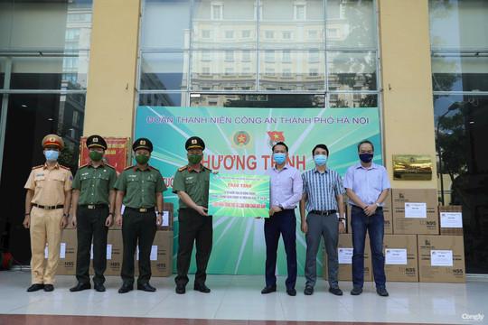 Trao tặng hàng ngàn khẩu trang, kính chống giọt bắn cho các tổ 141 đặc biệt của Công an TP Hà Nội