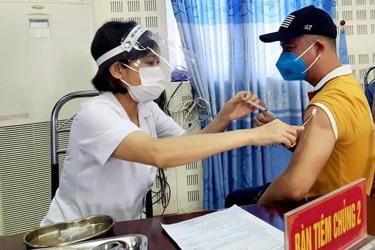 Ninh Bình: Tiêm vắc xin Vero Cell cho hàng trăm người Trung Quốc