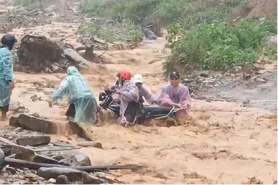 Clip: Thót tim cảnh nhóm người vượt dòng nước lũ ở Quảng Nam